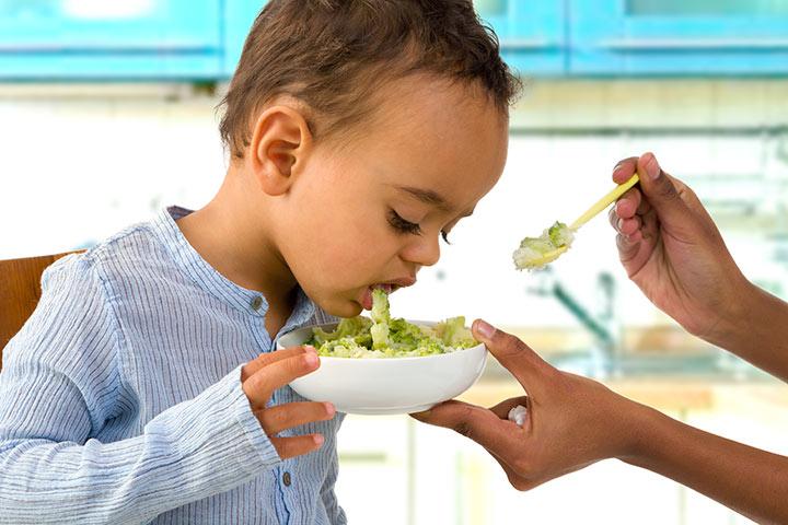 bebe recien nacido vomita despues de comer